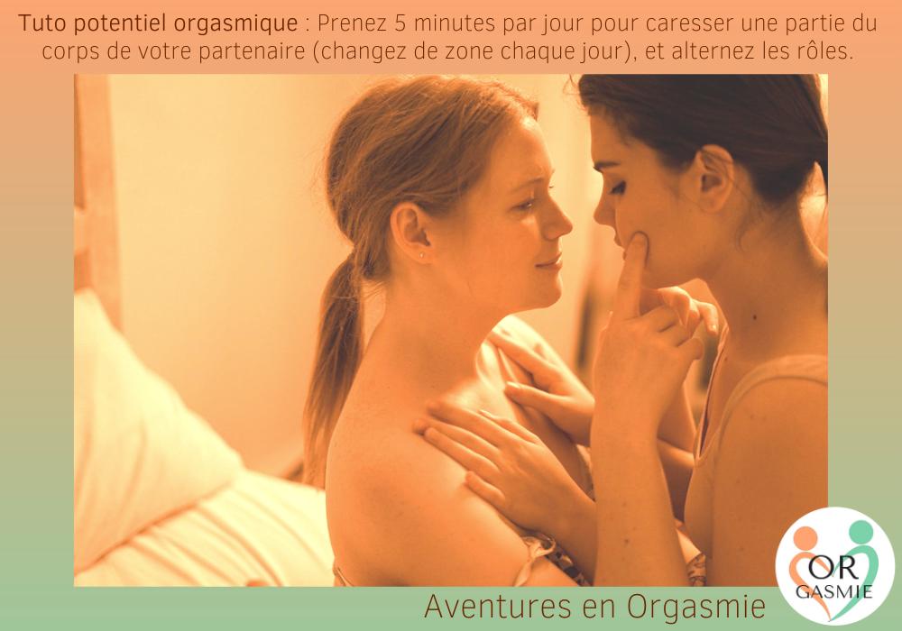 Tuto potentiel orgasmique : Prenez 5 minutes par jour pour caresser une partie du corps de votre partenaire (changez de zone chaque jour), et alternez les rôles. Couple de lesbiennes amoureuses, sourire, affection, intimité